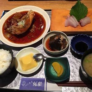 久しぶり魚ランチ。鹿児島中央駅の商店街にある『づけ丼屋桜勘』へ。 昼も早めだったので限定30食「甘鯛あんかけ定食」800円をいただきます。