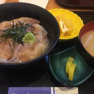 久しぶりに魚を食べたくて、そういえば食べた事無かったあのづけ丼を。 『桜勘』で「づけ丼ランチ」540円をいただきました。 しっとりと甘い醤油に漬けられた 勘八が