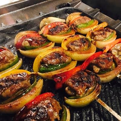 スブラキ  スパイシー豚ロースと野菜の大串焼き