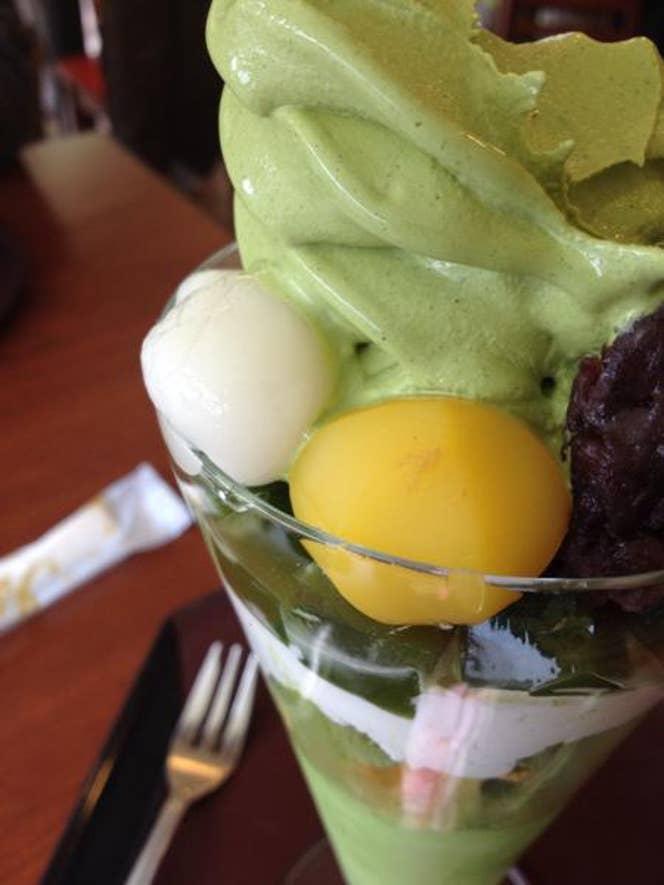 高さ30cmの特大『抹茶パフェ』!抹茶ソフトクリームがドカンと鎮座しています。/Toru Kondoさんの投稿より