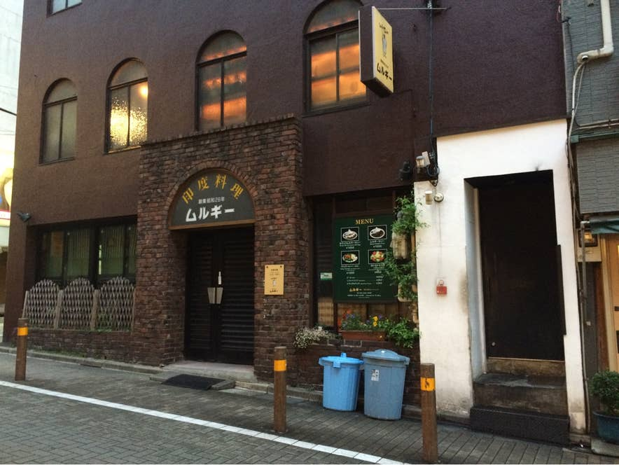 右側の白い部分が、こちらの居酒屋への入り口です。/Yuichi Satoさんの投稿より