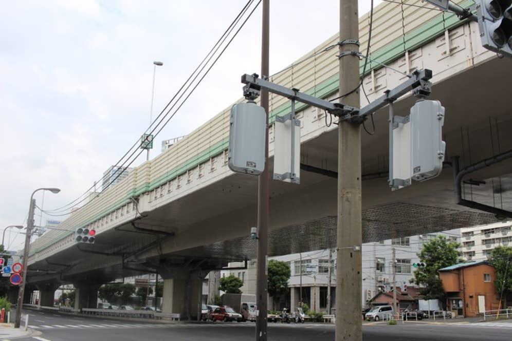 お店の目の前には同じく50年前、東京五輪のために作られた首都高速1号が走る。