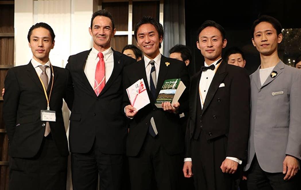 2016年ソムリエスカラシップ授賞式にて(中央、画像提供:日本ソムリエ協会)
