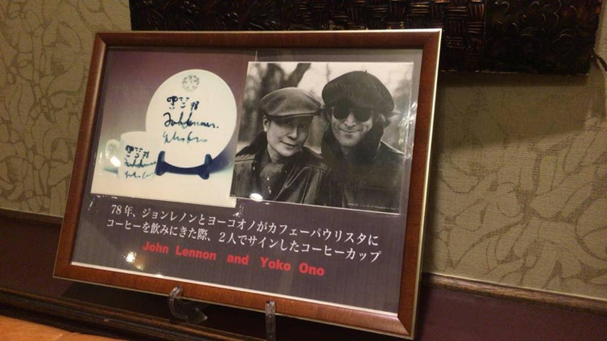 来店を記念するメッセージはジョン・レノンらが座った席のそばに飾られている