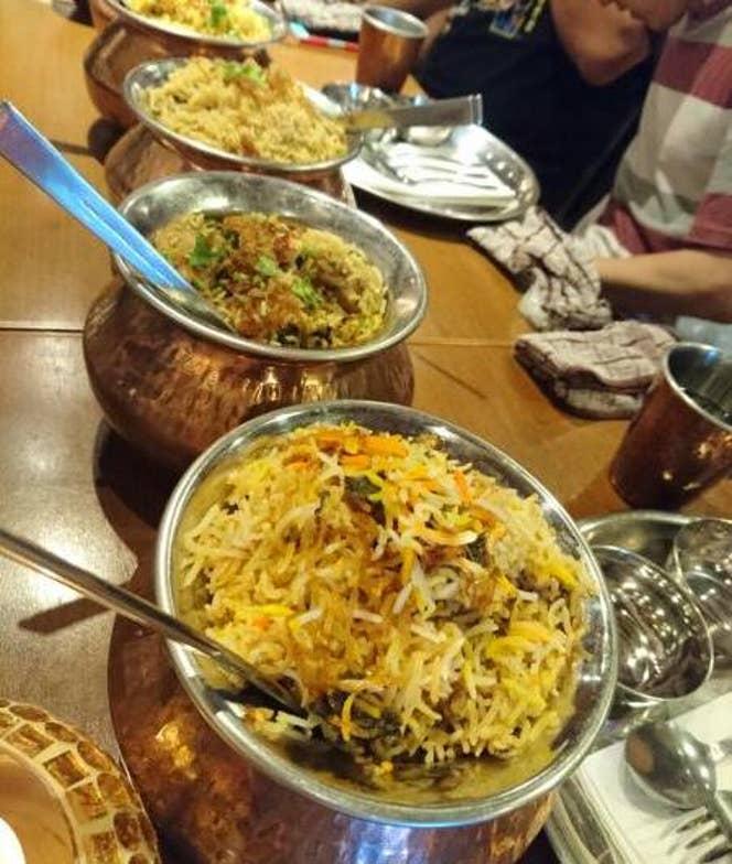 ▲特別開催の食べ放題企画では、色々な種類のビリヤニがズラリ!