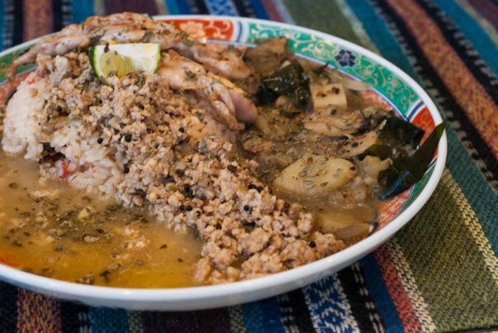 ▲「堕天使かっき~」鯛出汁×鶏キーマの二層カレー・アサリとたけのこの塩カレー(あいがけ)