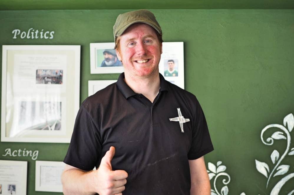 ▲オーナーのアラン・フィッシャーさんは、アイルランドの楽器「バウロン(太鼓)」も得意