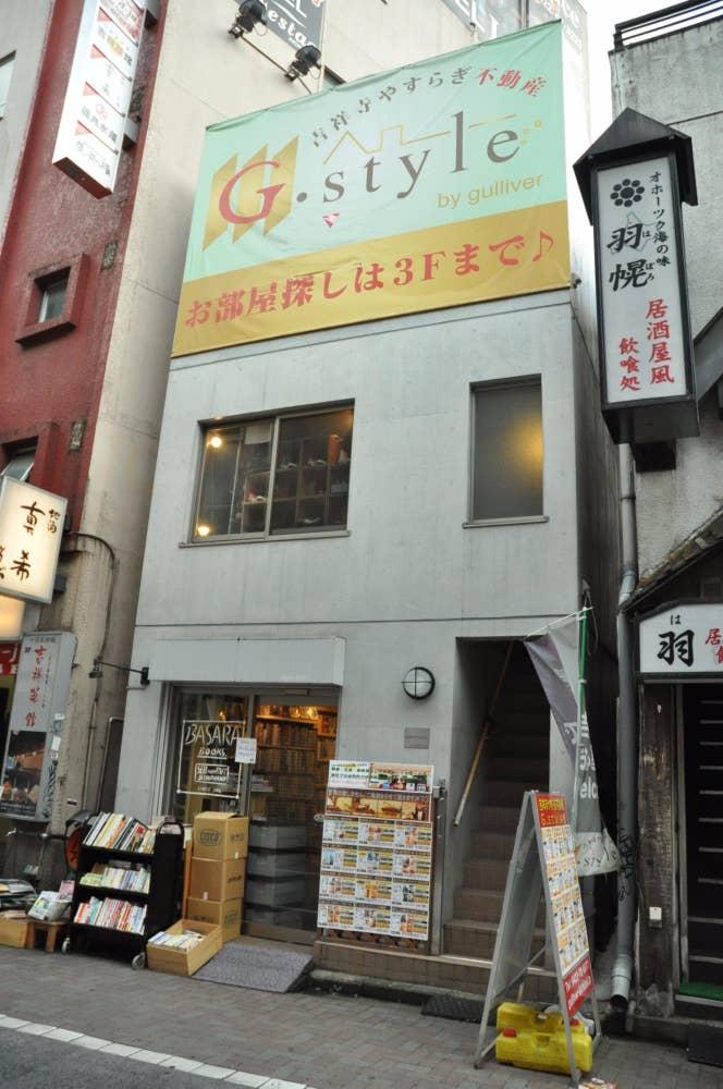 ▲1階のかわいい古本屋さんが目印。コンクリート打ちっぱなしのおしゃれな店舗