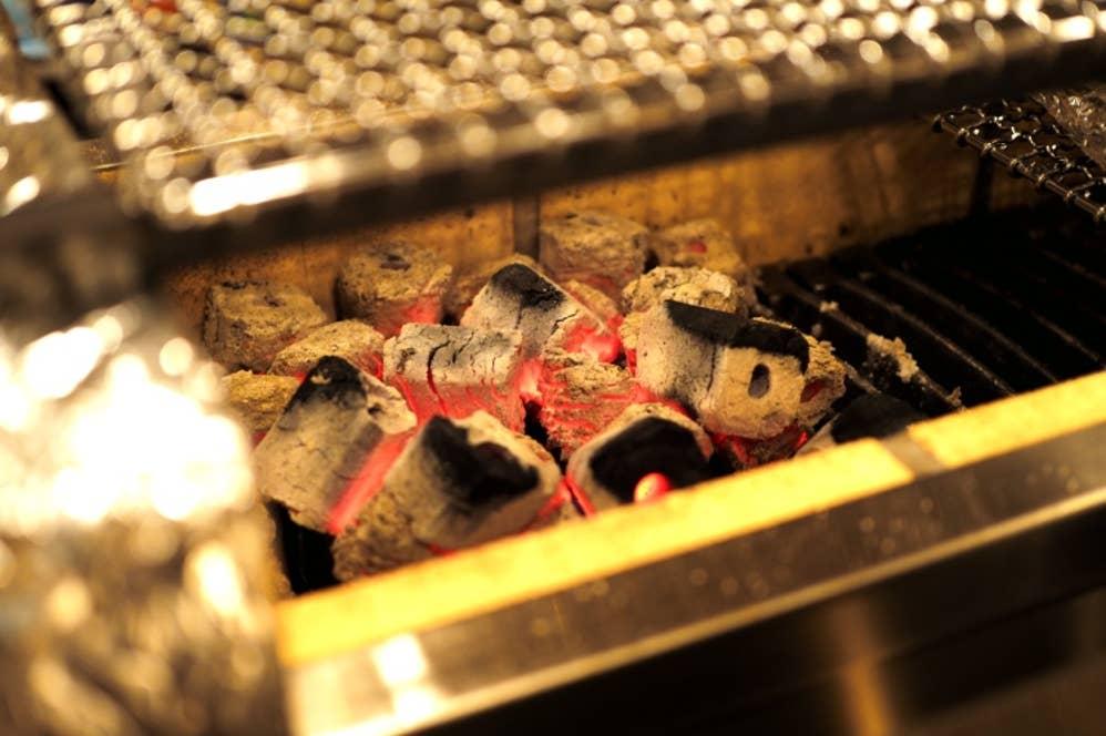 ▲ピカピカの調理器具と、煌々と燃える炭!