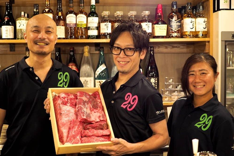 ▲左:料理長の熊谷真道さん、中央:店長の伊藤吉史さん、右:肉ドルの高山紗枝さん