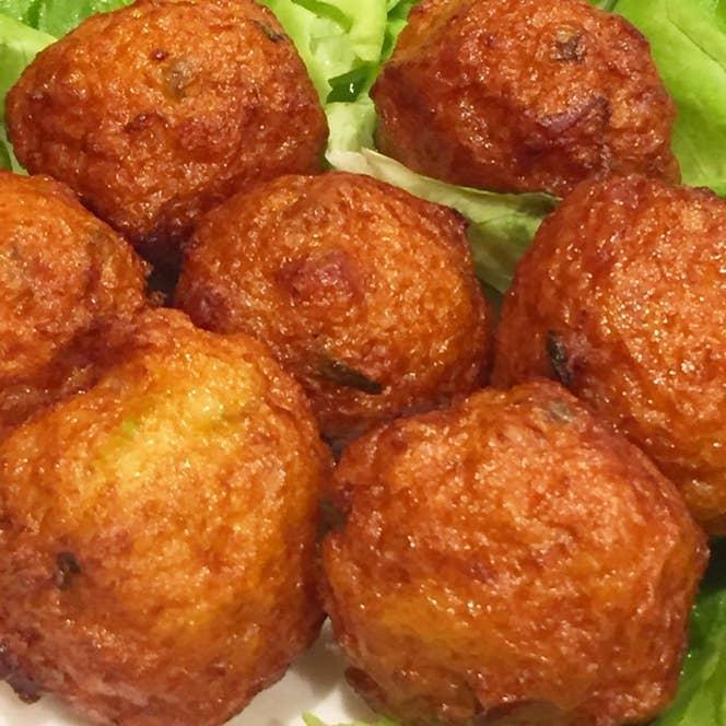▲小榄炸鱼球(干しソーセージと香菜入り魚のすり身揚げ)