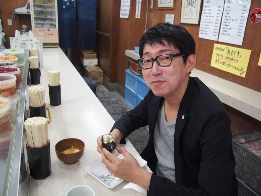 おにぎり協会会長・中村祐介さん。昔ながらのおにぎり専門店・大塚「ぼんご」にて