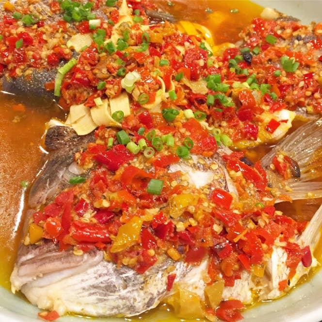 ▲剁椒鱼头(漬け唐辛子と魚の頭を蒸したもの)