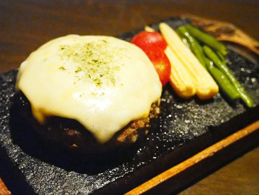牛100%ハンバーグステーキの溶岩焼 230g チーズトッピング(1,640円)