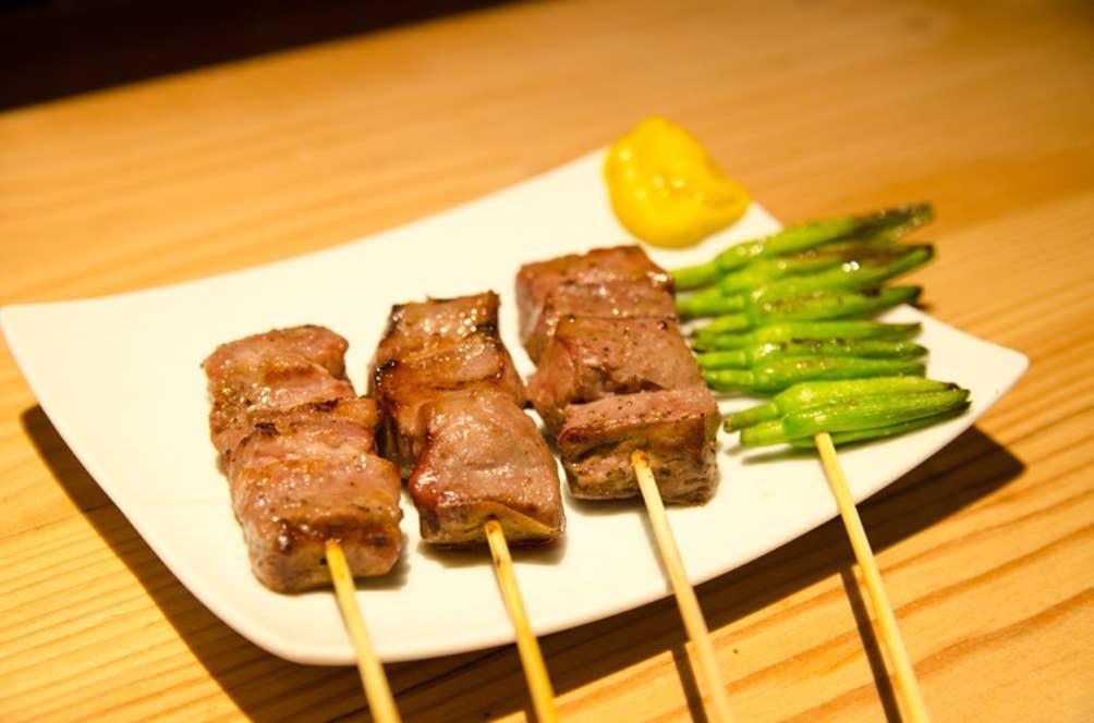 ▲「串焼」左からハラミ・タン・ハツ・金針菜