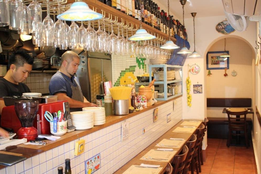 ▲オープンキッチンで、暖かな活気に溢れる店内。最大12名まで完全個室になる地下1階も用意
