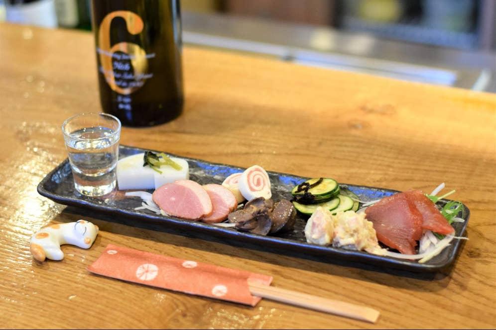 ▲「本日の前菜お任せ盛り」(980円)は、7種の前菜と食前酒(日本酒or梅酒)付き。