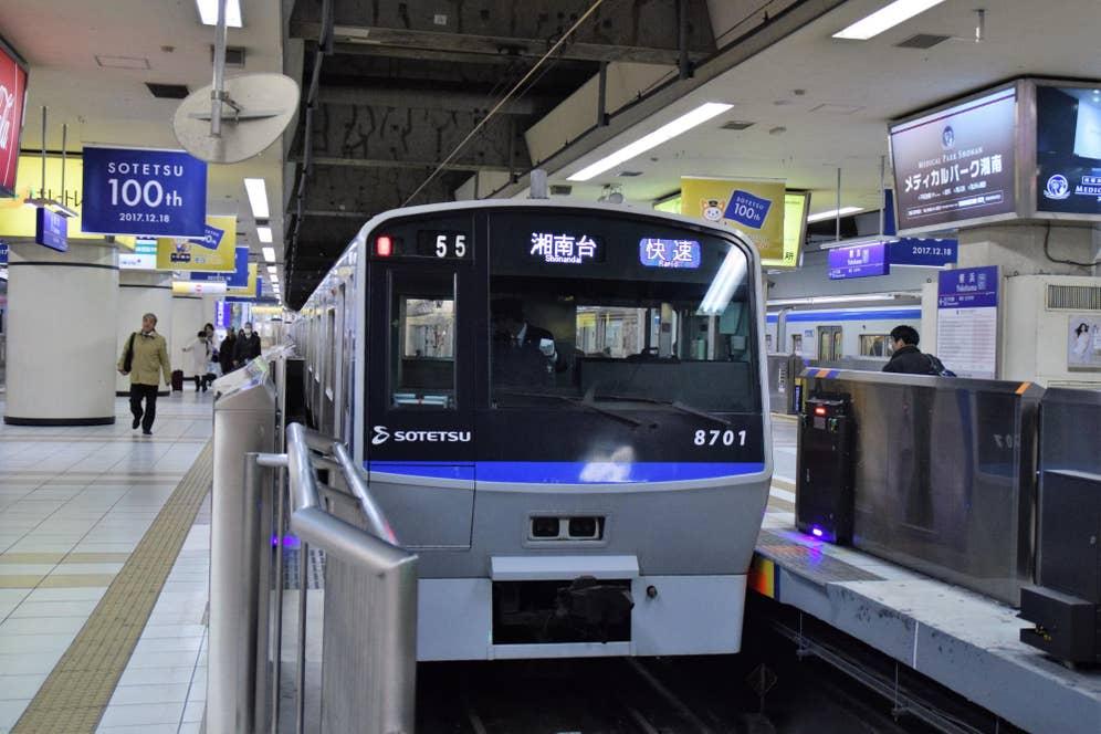 ▲相鉄いずみ野線湘南台行き電車が横浜駅に到着。写真左上には「SOTETSU 100th」のフラッグが!