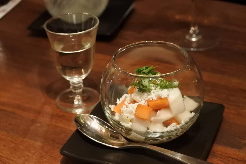 食感も楽しい「カブと柿、リコッタチーズ、ハチミツのサラダ」。