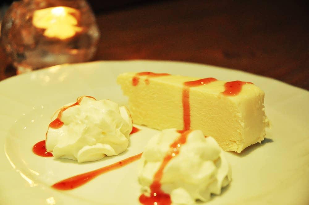 ▲女性に人気のニューヨークチーズケーキ 100円。スイーツもお酒に合います!