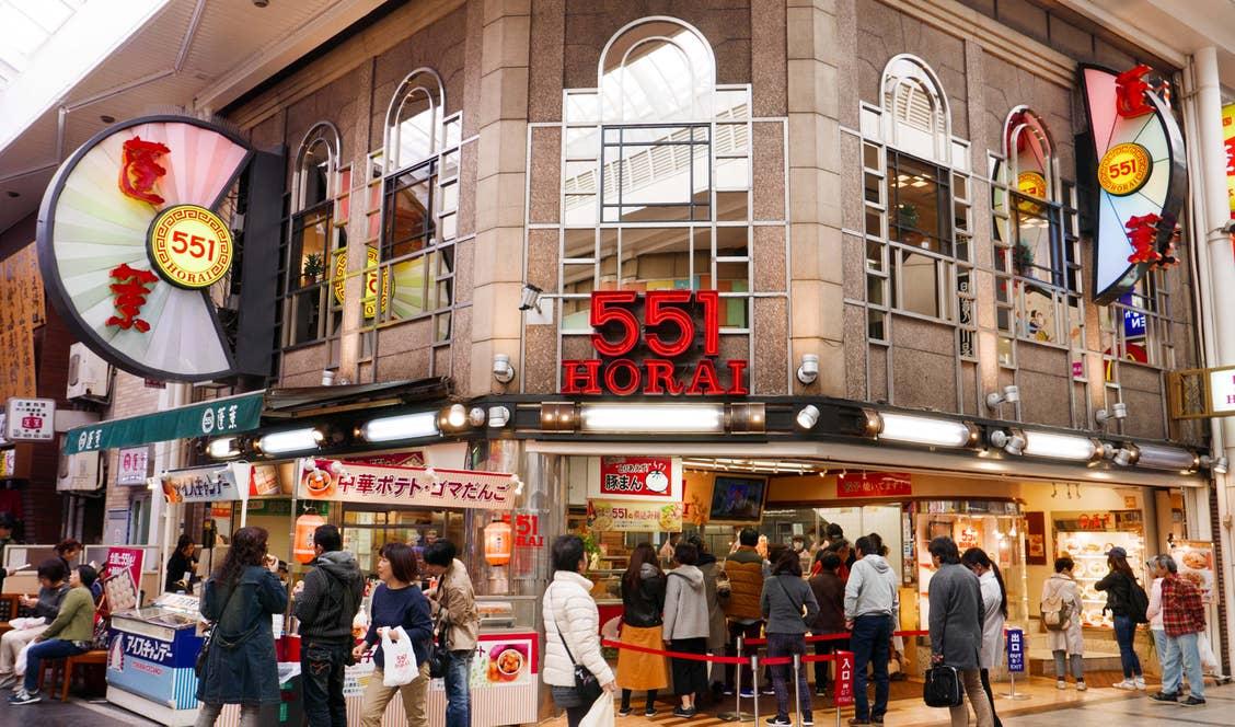 551蓬莱の本店にはアイスキャンデー売り場や全国への発送受付窓口もある