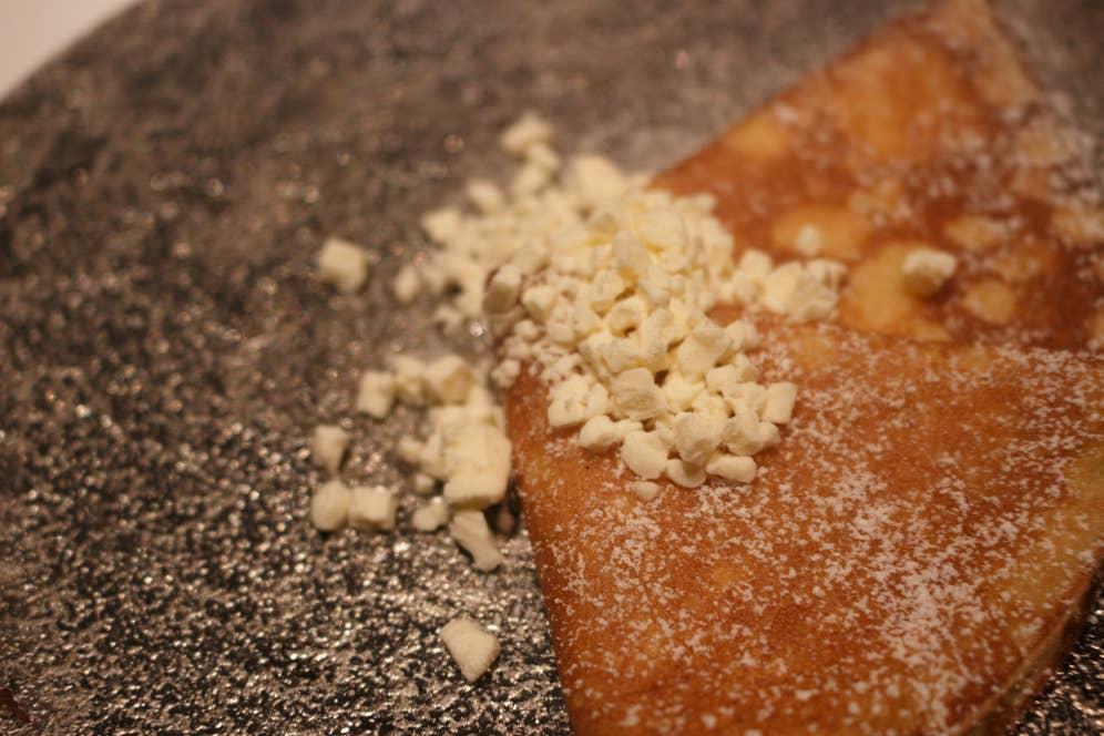 暖かいクレープの上に、液体窒素で固めた冷たい発酵バターを散らして。バターがじんわり溶けていき、味わいが刻々と変わる