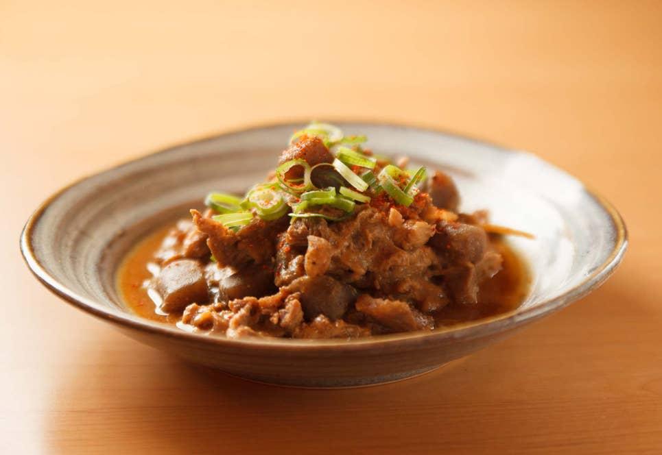 和牛の牛すじとこんにゃくを味噌で煮込んだどて焼き。関西の庶民食には「すじこん」など、実はこんにゃくを使ったメニューが多い