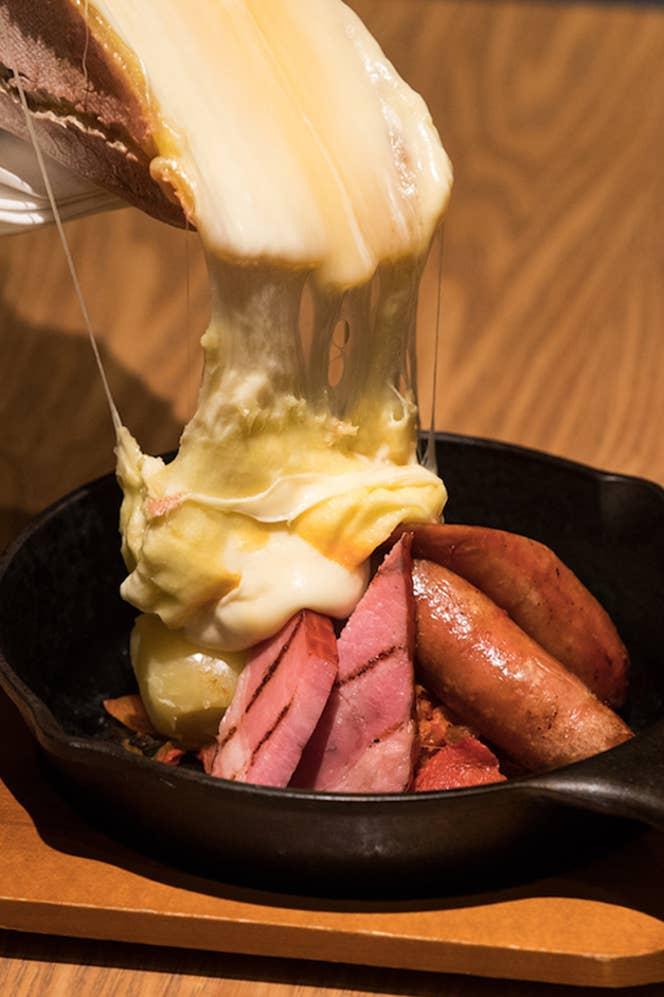 ▲テーブルの上でとろーりチーズをかけてくれるラクレットは、パーティーを盛り上げるビッグイベント