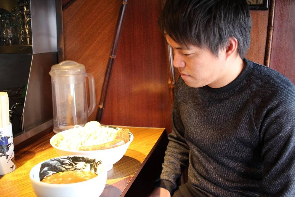 1kg麺を前に呆然とする川崎
