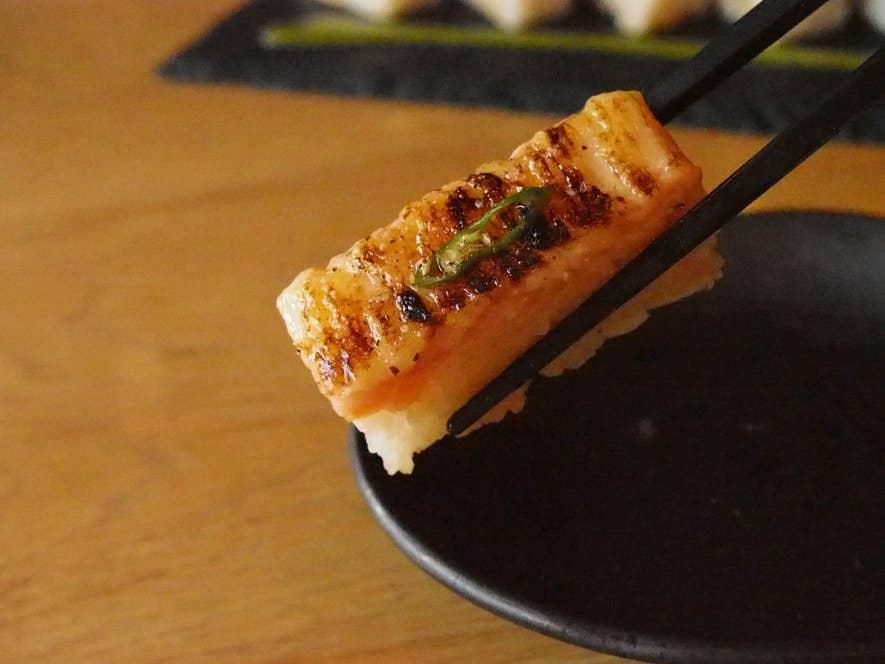 サーモンとアイオリソースの炙り押し寿司