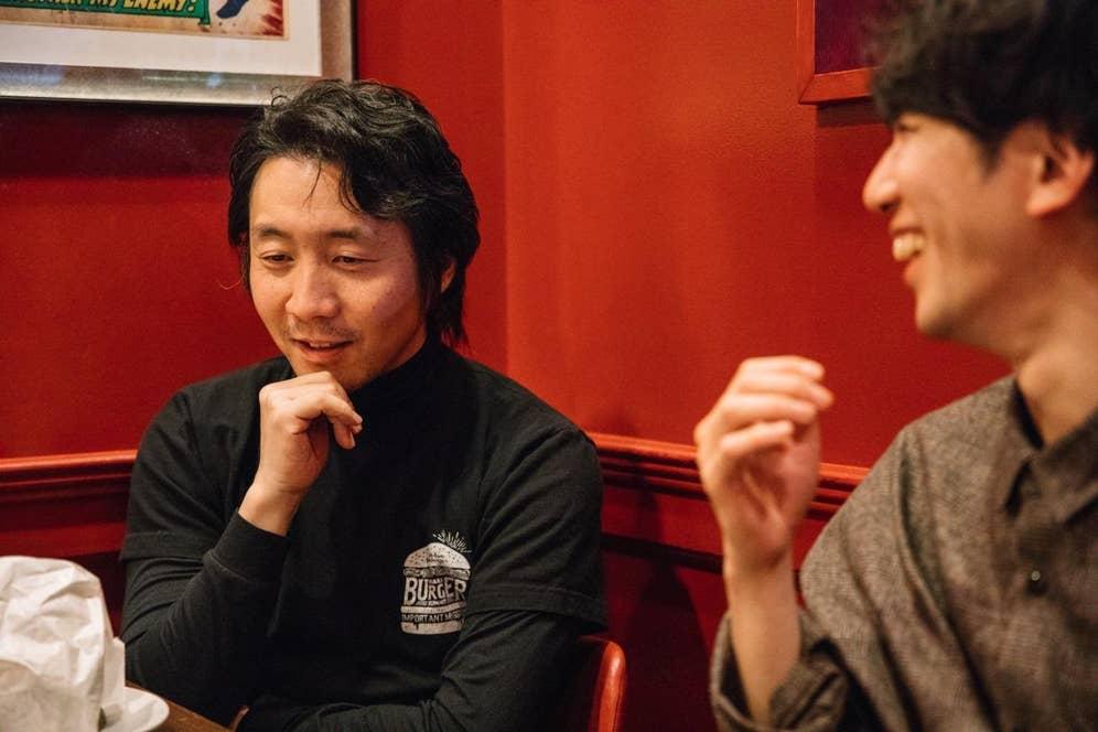 「ハンバーガーって食べながら喋るの難しいから、インタビューに向かないよねえ(笑)」と話す井上さん。