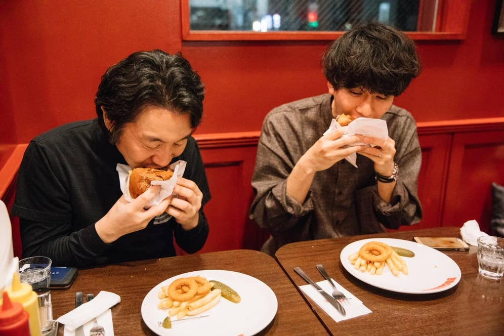 実食。ハンバーガーは、一口目を食らいつく瞬間がたまらないといつも思う。