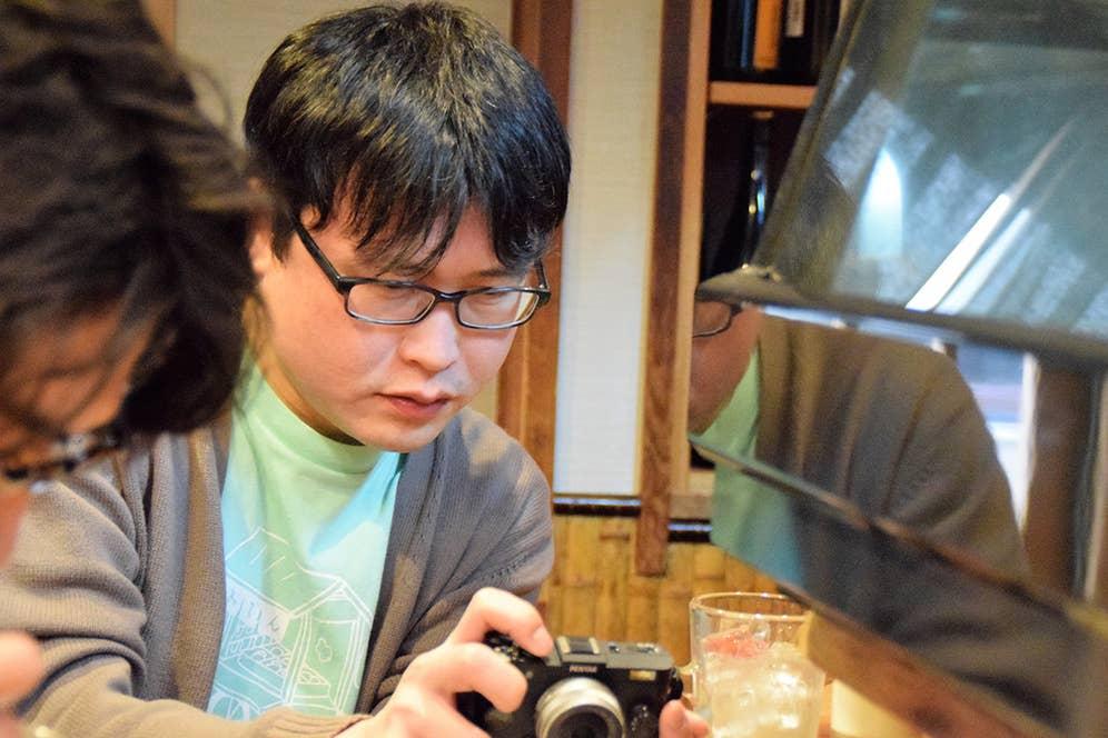 ▲食べる前にMYカメラで「特製ねぎとん」を撮影するパリッコさん。
