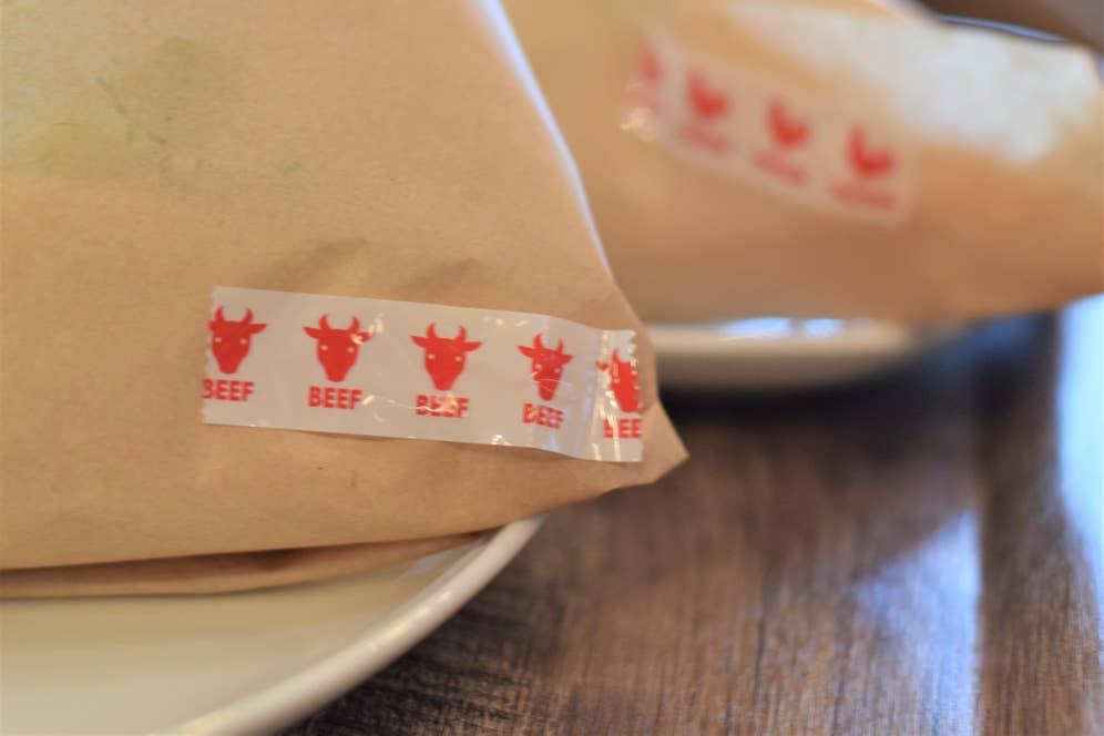 ▲メイン食材の種類が分かるようテープで印づけ。その気配りも嬉しい。