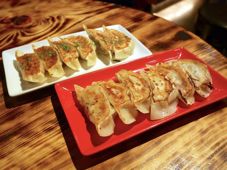 左:白鴨餃子6個 480円(税抜)・右:赤鴨餃子6個 480円(税抜)