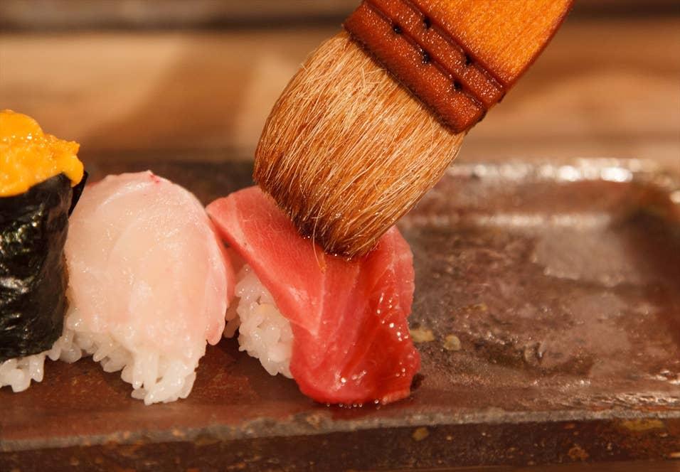 客自らハケで醤油を塗る。もちろんいったん口をつけた鮨に醤油を追加で塗ろうとする