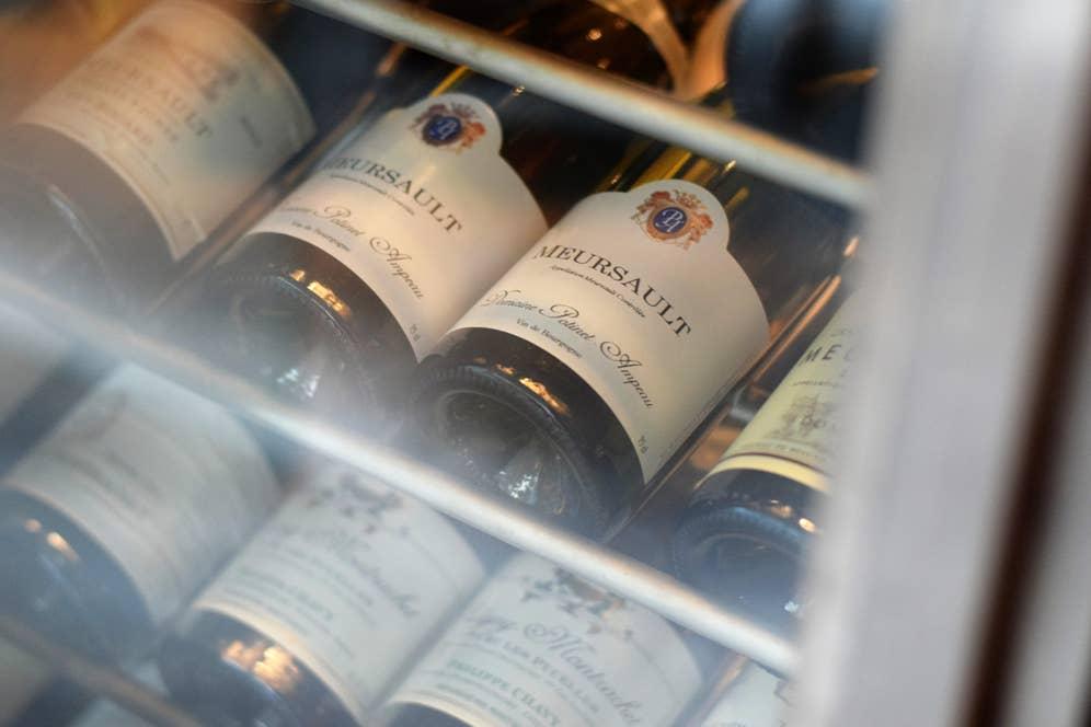 入り口に入るとすぐ、巨大なワインセラーが。