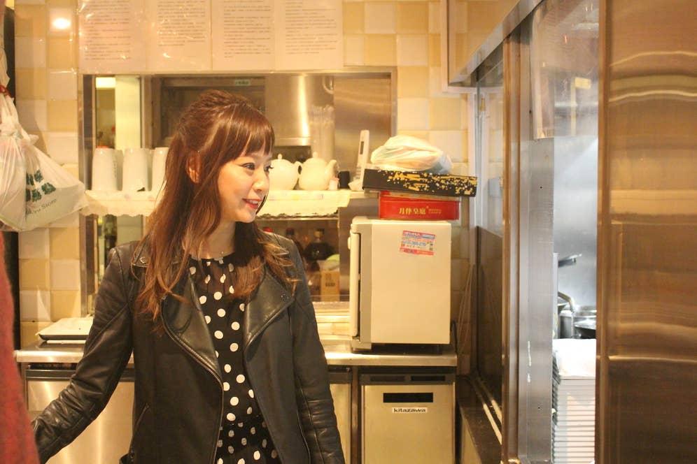 厨房の様子を真剣に観察するアミーゴ