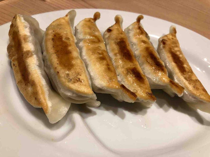 焼き餃子。カリカリモチモチの皮に下味がしっかりついた肉餡。