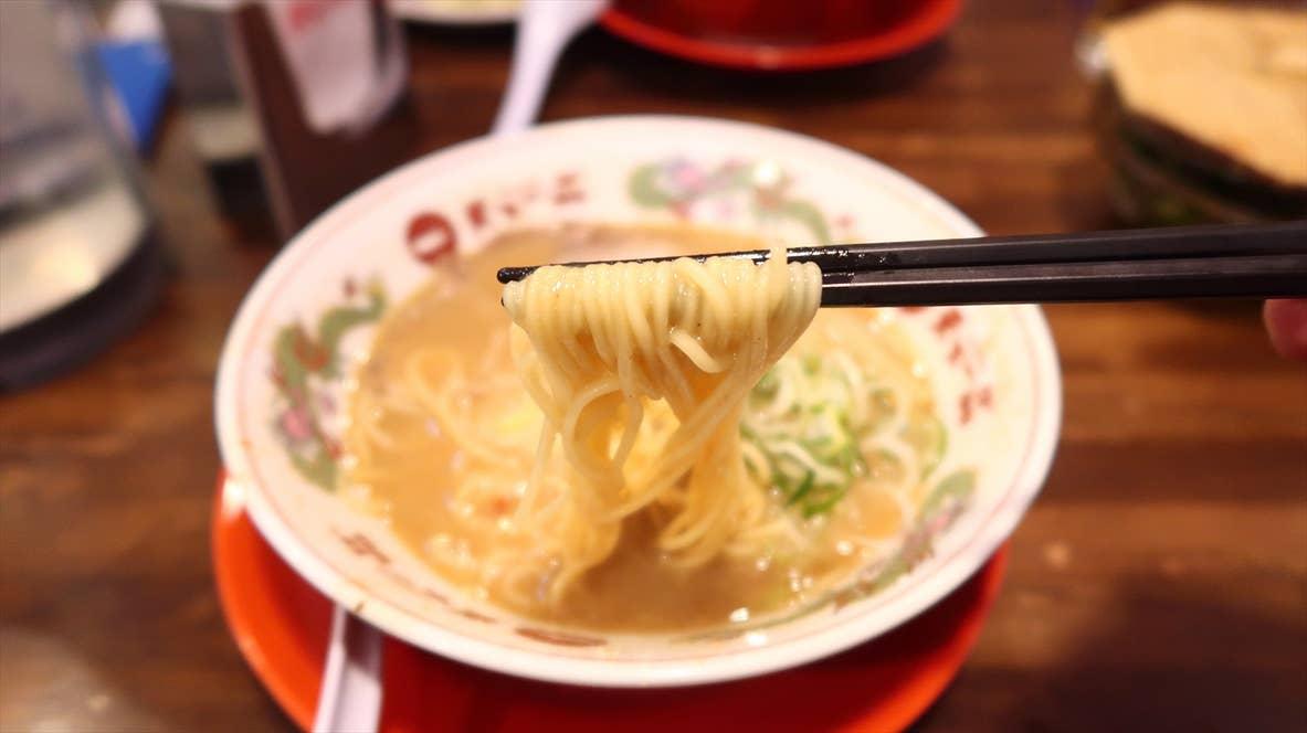 細麺。とはいえ、博多ラーメンのような低加水のザクザクした食感とは一線を画す