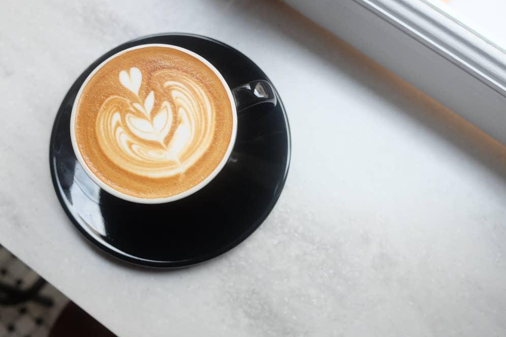 アラタさんが淹れてくれたカフェラテ。ラテアートがかわいい
