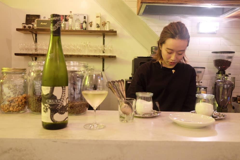 バリスタ兼ソムリエールのコトちゃん、好みに合わせてコーヒーでもワインでも