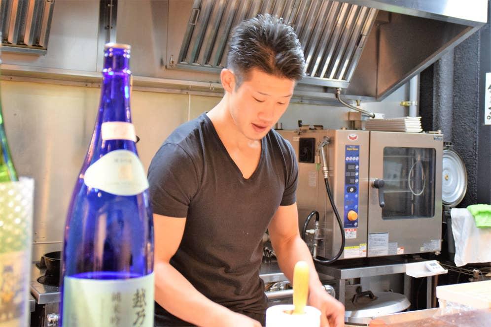 「学生時代はラグビーしかやってなくて、料理に携わるなんて思っていなかった」と話す大須賀さん。
