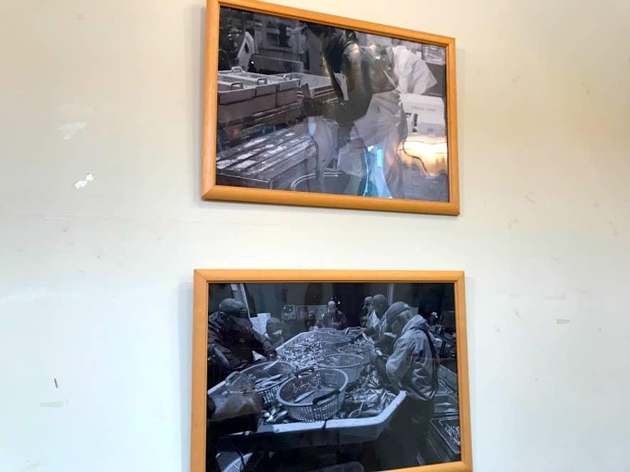 壁に飾られた漁の風景