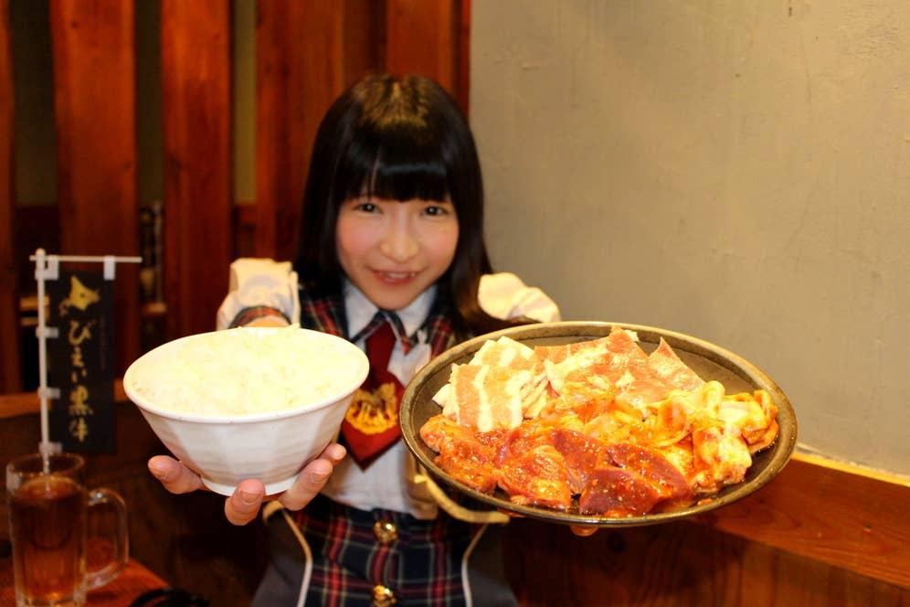 ※もえあずさんが食べるのは、銀皿に盛られた通常サイズの焼肉です。