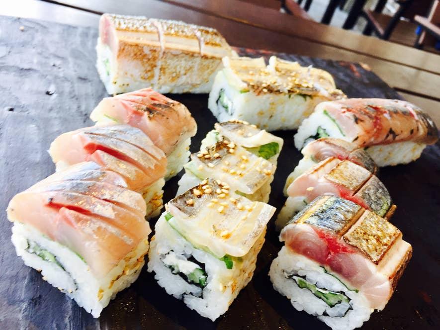 市場価値の低い小さなサバやタチウオで作った棒寿司