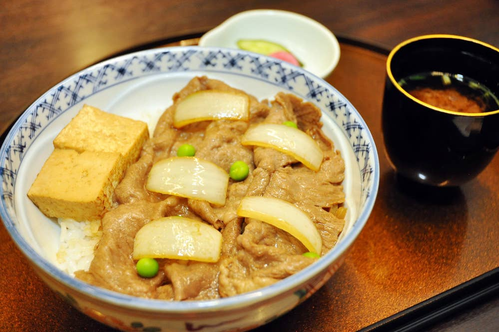 ▲百年牛丼 1500円(税抜)  ※香の物、赤出汁つき