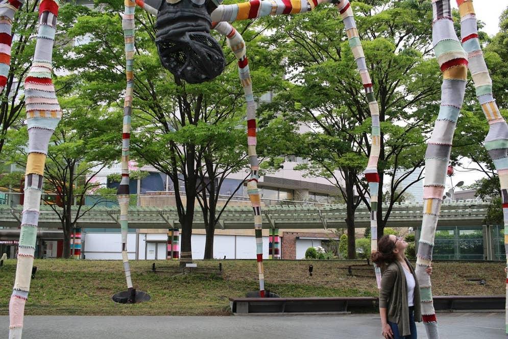 六本木ヒルズのシンボル「ママン」を見上げるマグダ・セイエグ氏