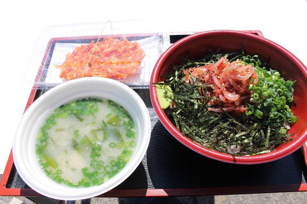 桜えびのかき揚げと桜えびの味噌汁がついた桜えびの沖漬け丼セット