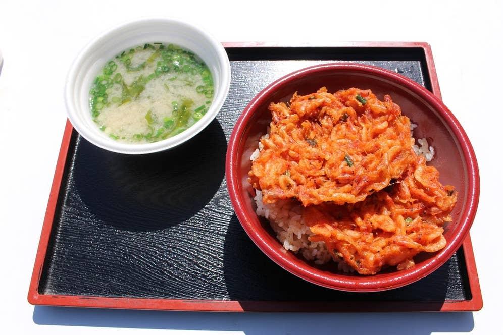 桜えびのかき揚げ丼と桜えびの味噌汁